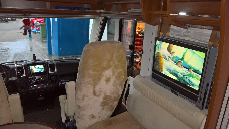 carthago chic e line wohnmobil soundaufr stung und kamera. Black Bedroom Furniture Sets. Home Design Ideas